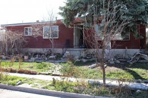 we-buy-houses-that-need-work-yard