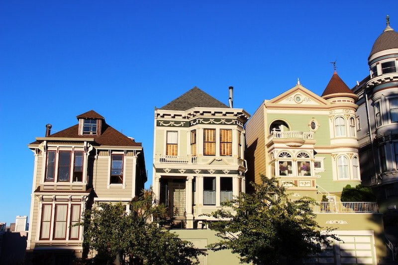 direct sale a house vs agent vs fsbo - row of homes blue sky