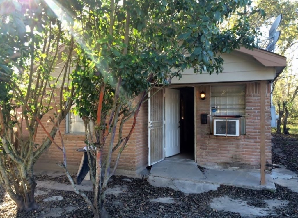 This Houston home for rent has been freshly painted and is ready for immediate move-in! For only $650 a month, this home is steal!