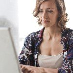 How to Find a Good Real Estate Agent in [market_city] | white woman on laptop