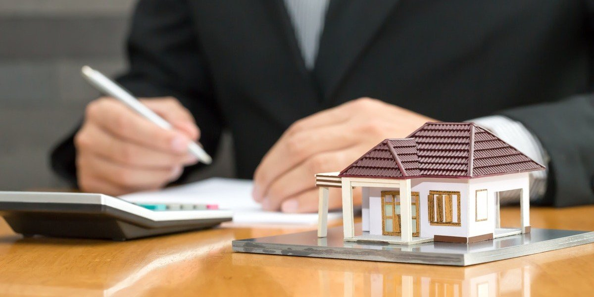 what are the different fees paid to agents versus paid to investors   business man with model house