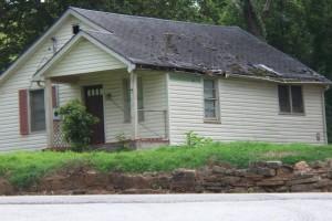 cashhomebuyersAtlanta.com-house-overgrown-yard-damaged-roof